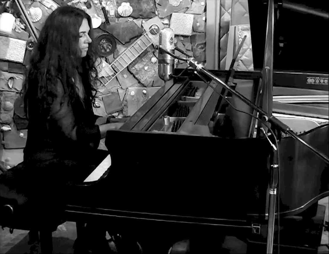 Sari Schorr at piano